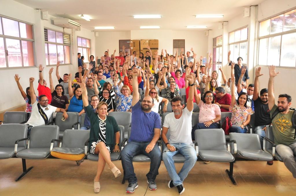 Trabalhadores levantam as mãos para sinalizar que votam a favor do indicativo de greve   Foto: Lenilton Lima